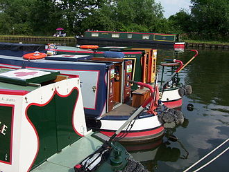 330px-Narrow_boat_sterns